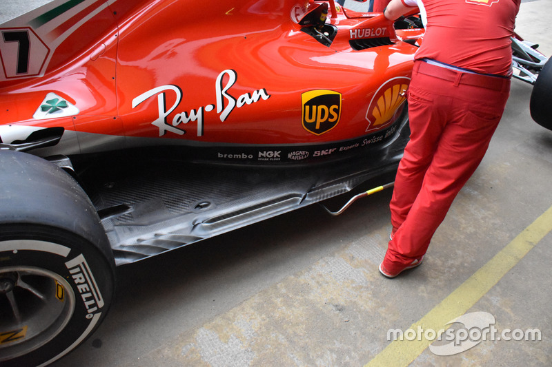 Outro ângulo dos novos orifícios alongados no assoalho do SF71H, logo à frente dos buracos normalmente encontrados em um ângulo de 45 graus logo à frente do pneu traseiro.