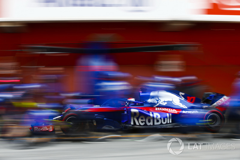 Pierre Gasly, Scuderia Toro Rosso STR13, pit stop action