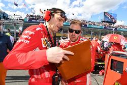 Гонщик Ferrari Себастьян Феттель и гоночный инженер Ferrari Риккардо Адами