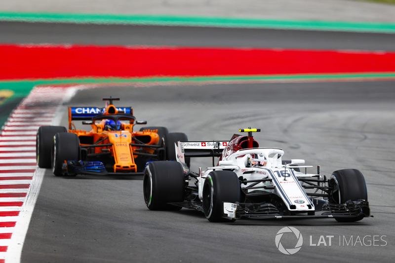 Alonso, Leclerc ile mücadele ederken