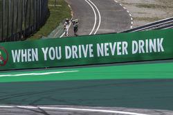 Stoffel Vandoorne, McLaren walks back after crashing out
