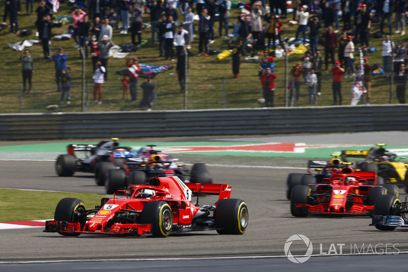 Sebastian Vettel, Ferrari SF71H, Valtteri Bottas, Mercedes AMG F1 W09, Kimi Raikkonen, Ferrari SF71H, Max Verstappen, Red Bull Racing RB14 Tag Heuer, y el resto del grupo