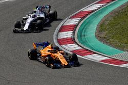 Stoffel Vandoorne, McLaren MCL33 ad Sergey Sirotkin, Williams FW41