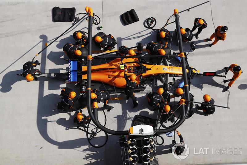 Stoffel Vandoorne, McLaren MCL33 Renault, makes a pit stop