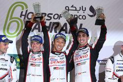 Podium LMP1: les vainqueurs Sébastien Buemi, Anthony Davidson, Kazuki Nakajima, Toyota Gazoo Racing
