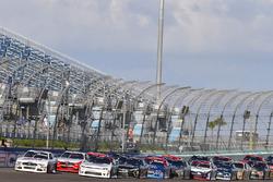 Cole Custer, Stewart-Haas Racing Ford y Tyler Reddick, Chip Ganassi Racing Chevrolet