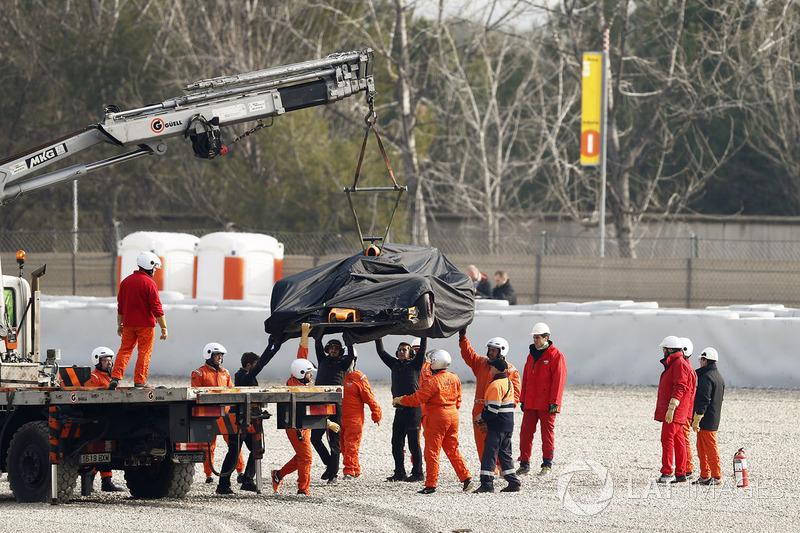 Görevliler, kazalı Fernando Alonso, McLaren MCL33'ü kaldırıyor