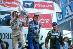 Podio: il vincitore della gara Alain Prost, Renault, il secondo classificato Carlos Reutemann, Willi