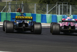 Esteban Ocon, Force India VJM11, en lutte avec Carlos Sainz Jr., Renault Sport F1 Team R.S. 18