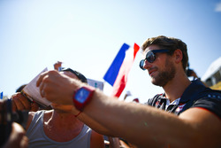 Romain Grosjean, Haas F1 Team, viene fotografato dai tifosi mentre firma autografi