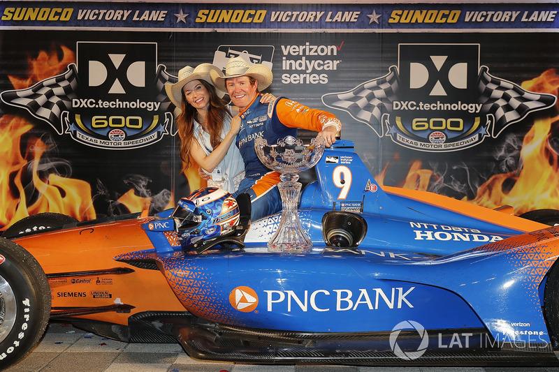 Scott Dixon, Chip Ganassi Racing Honda celebrates in victory lane with his wife Emma