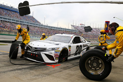 Erik Jones, Joe Gibbs Racing, Toyota Camry Freightliner pit stop