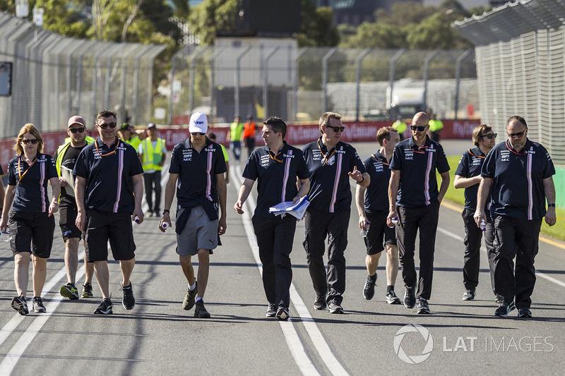 Esteban Ocon, Force India F1, cammina lungo il circuito con il team
