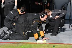 Mécaniciens McLaren nettoyant de la peinture flow-viz