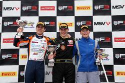 Podium: tweede Nicolai Kjaergaard, Carlin, winnaar Linus Lundqvist, Double R, derde Billy Monger, Ca