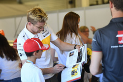 Nico Hulkenberg, Renault Sport F1 Team, con i grid kid