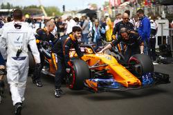 Stoffel Vandoorne, McLaren, arrives on the grid