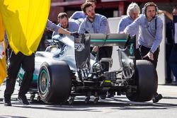 Lewis Hamilton, Mercedes AMG F1 W07 Hybrid wordt teruggeduwd