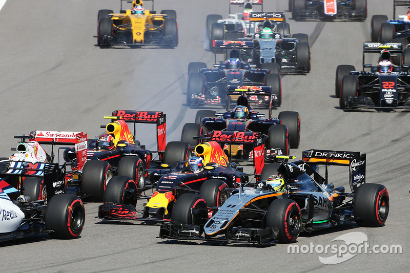 Arrancada choque con Sebastian Vettel, Ferrari SF16-H, Daniil Kvyat, Red Bull Racing RB12, Daniel Ricciardo, Red Bull Racing RB12 y Sergio Pérez, Sahara Force India F1 VJM09