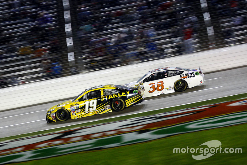 Carl Edwards, Joe Gibbs Racing Toyota e Landon Cassill, Front Row Motorsports Ford