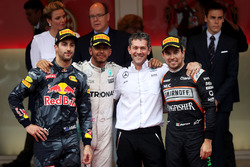 Podio: Lewis Hamilton, Mercedes AMG F1 que se celebra en el podio con Daniel Ricciardo, Red Bull Rac