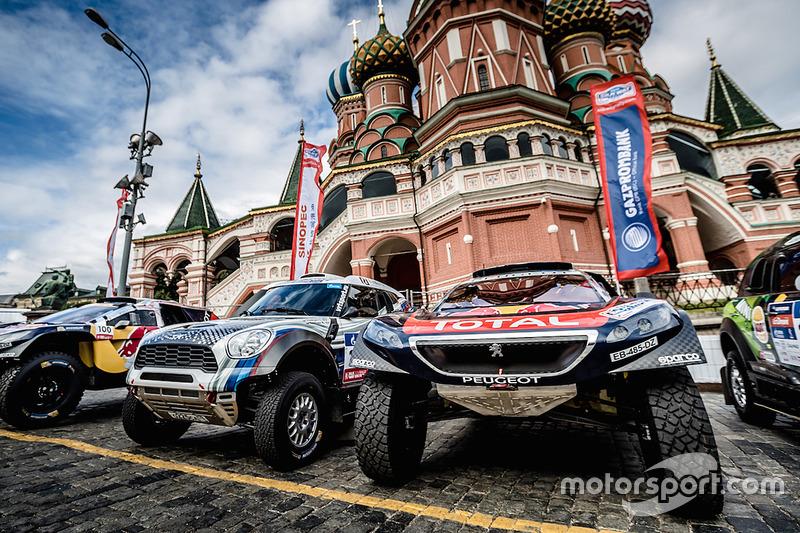 السيارات جاهزة لمراسم الافتتاح