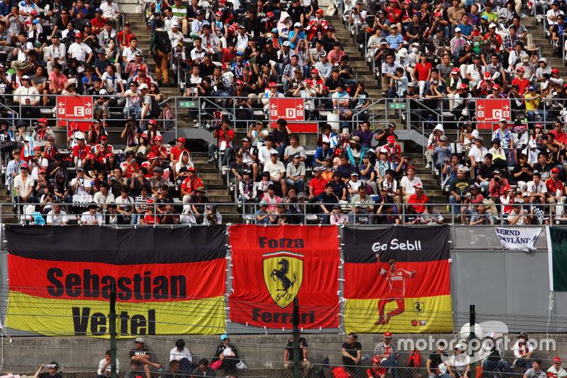 Aficionados en la tribuna y banners para Sebastian Vettel, Ferrari