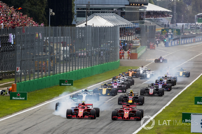 Kimi Raikkonen, Ferrari SF71H, Sebastian Vettel, Ferrari SF71H, Lewis Hamilton, Mercedes AMG F1 W09, and the rest of the field at the start of the race