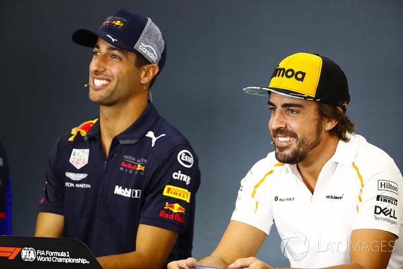 Daniel Ricciardo, Red Bull Racing, y Fernando Alonso, McLaren