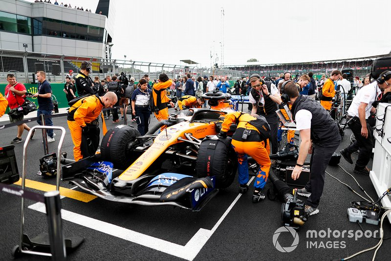 Mechanics on the grid with the car of Carlos Sainz Jr., McLaren MCL34
