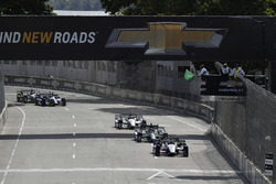 Restart: Graham Rahal, Rahal Letterman Lanigan Racing, Honda; Josef Newgarden, Team Penske, Chevrolet; Will Power, Team Penske, Chevrolet