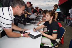 Autogrammstunde: Anett Gyorgy, Zengo Motorsport, SEAT León TCR