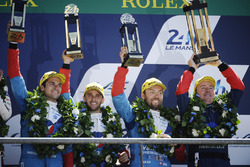 Overall podium: derde plaats #13 Vaillante Rebellion Racing Oreca 07 Gibson: Mathias Beche, David Heinemeier Hansson, Nelson Piquet Jr.