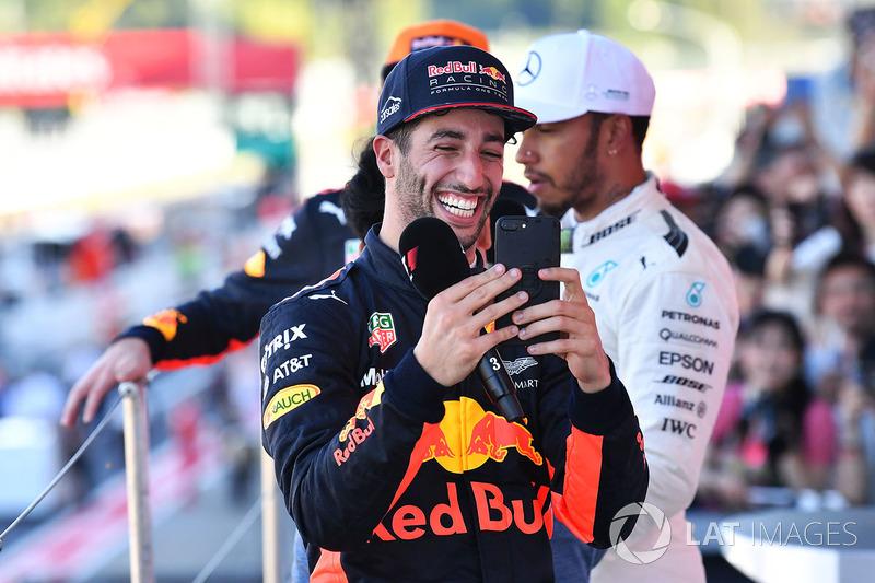 Daniel Ricciardo, Red Bull Racing festeggia con il suo cellulare sul podio