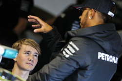 Lewis Hamilton, Mercedes AMG F1, discute avec Billy Monger