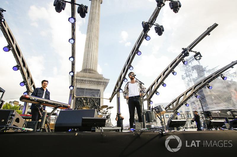 Ден Сімт та гурт Bastille розважають публіку