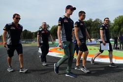 Daniil Kvyat, Scuderia Toro Rosso walks the track with the team
