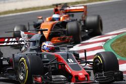 Romain Grosjean, Haas F1 Team VF-17, Fernando Alonso, McLaren MCL32