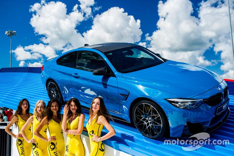 Девушки на фоне BMW
