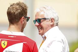 Гонщик Ferrari Себастьян Феттель и гоночный директор Ф1 Чарли Уайтинг