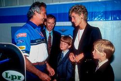 Flavio Briatore, Benetton, montre à Lady Di, la Princesse de Galles et au Prince Harry le garage de l'équipe