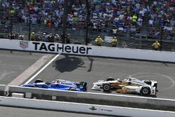 Takuma Sato, Andretti Autosport, Honda; Helio Castroneves, Team Penske, Chevrolet