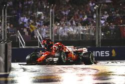 Гонщик Ferrari Кими Райкконен и пилот Red Bull Макс Ферстаппен возвращаются в боксы после столкновения