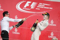 Podium: 1. Nico Rosberg, Mercedes AMG F1, mit Renningenieur Andrew Shovlin, Mercedes AMG F1