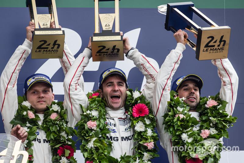 LMP1 podio: clase y los ganadores de la general #2 Porsche Team Porsche 919 Hybrid: Romain Dumas, Neel Jani, Marc Lieb