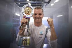 Winnaar Nico Rosberg, Mercedes AMG F1 Team met de trofee