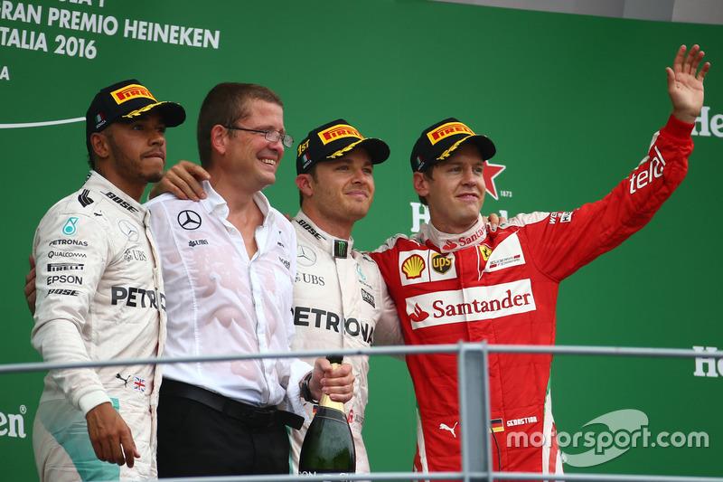 Подиум: победитель гонки - Нико Росберг, Mercedes AMG Petronas F1 W07, второе место - Льюис Хэмилтон, Mercedes AMG F1 W07  и третье место - Себастьян Феттель, Scuderia Ferrari SF16-H