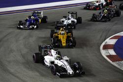 Felipe Massa, Williams FW38, Mercedes führt vor Kevin Magnussen, Renault Sport F1 Team RS16; Valtter
