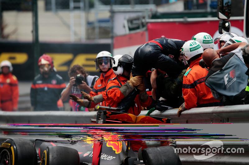 Max Verstappen, Red Bull Racing RB12 schiantato fuori gara