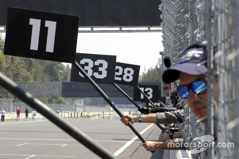 Varios comisarios de pista practican antes del GP de México